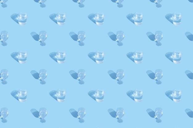 Okulary z wzorem wody i cienia na niebieskim tle