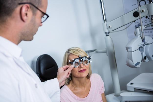 Okulista bada pacjentkę z messbrille