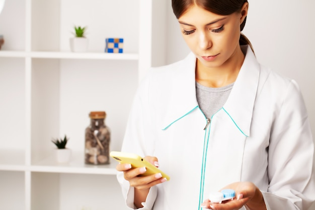 Okulista doradza pacjentowi telefonicznie, pomagając w wyborze soczewek kontaktowych do widzenia