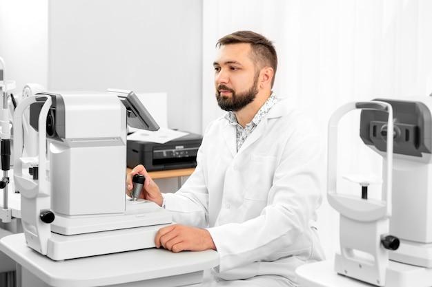 Okulista pracujący w klinice