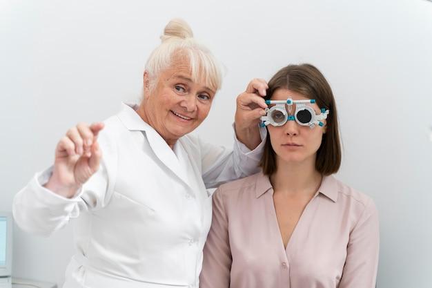 Okulista sprawdzający pacjenta w swojej klinice