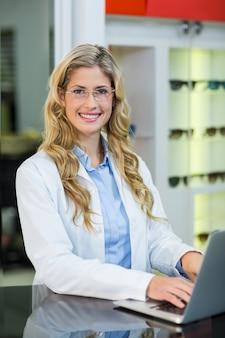 Okulista używa laptopa w klinice okulistycznej