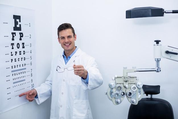Okulista wskazujący na wykresie oka
