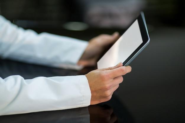 Okulista za pomocą cyfrowego stołu