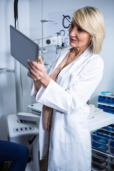 Okulista za pomocą cyfrowego tabletu w klinice okulistycznej