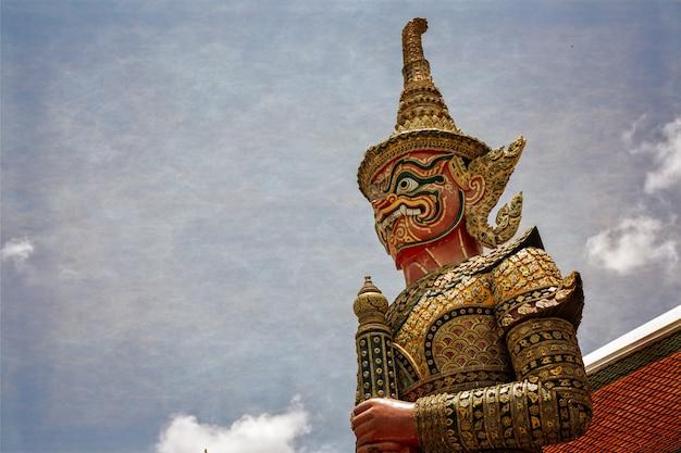 Olbrzym w wielkim pałacu wat phra kaew bangkok tajlandia
