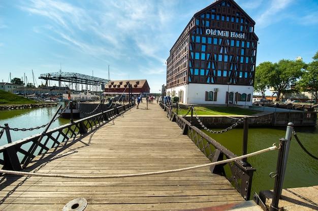 Old mill hotel na nabrzeżu rzeki dane na starym mieście w kłajpedzie na litwie