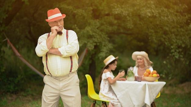 Oldman w parku pozowanie