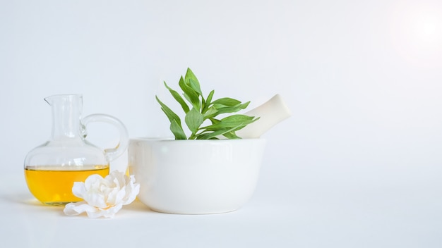 Olej aromaterapeutyczny z zaprawą i naturalnym zielonym liściem. aromat skóry uroda koncepcja produktu spa.