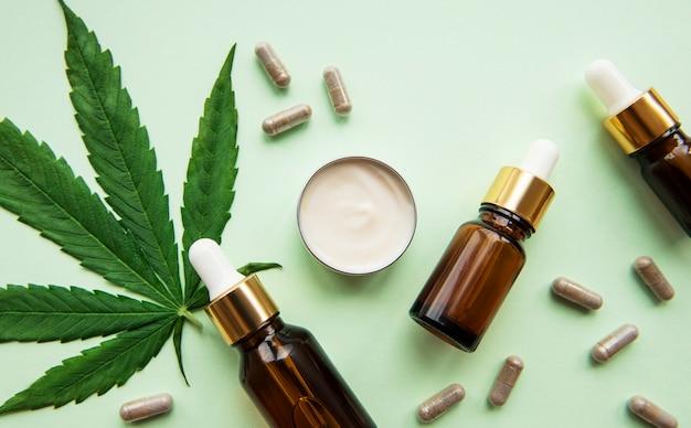 Olej cbd, nalewka z konopi, produkt kosmetyczny z konopi indyjskich do pielęgnacji skóry. medycyna alternatywna, farmaceutyczna marihuana medyczna.
