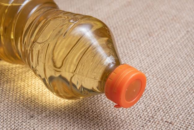 Olej do smażenia na brązowym jutowym tle