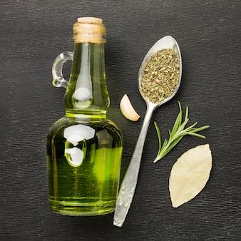 Olej i przyprawy na stole