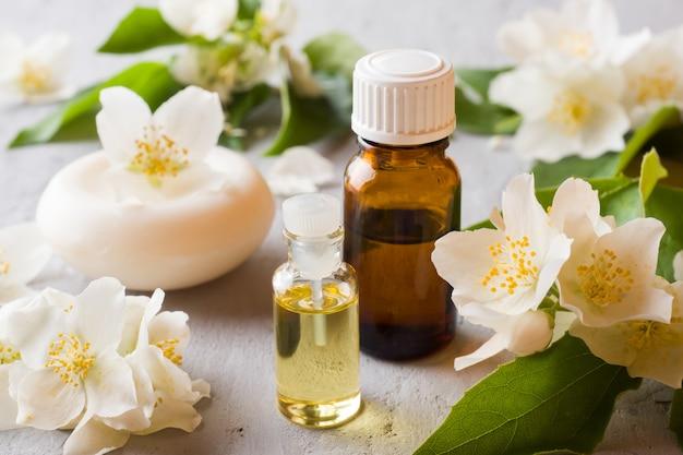 Olej jaśminowy. aromaterapia z olejem jaśminowym i mydłem. kwiat jaśminu