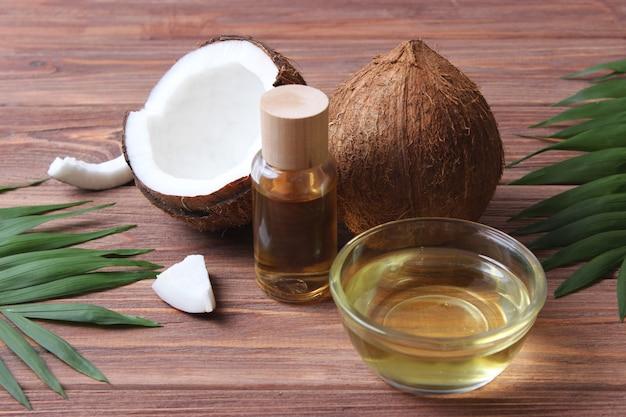 Olej kokosowy i gałązki palmy kokosowej z bliska