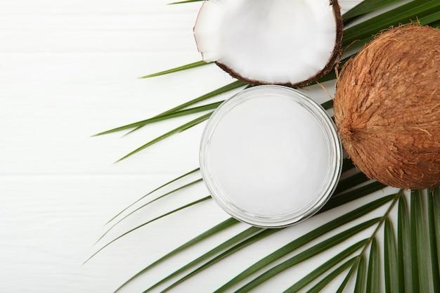 Olej kokosowy i kokosy na stole
