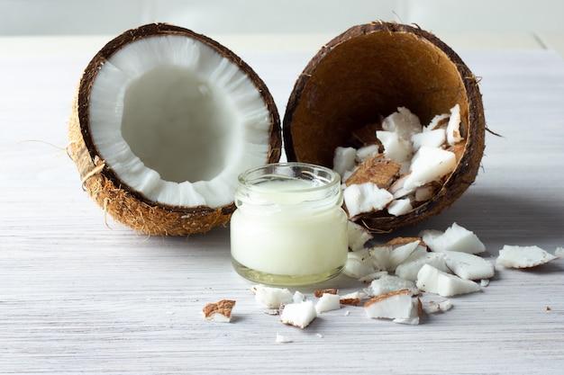 Olej kokosowy i świeże kokosy