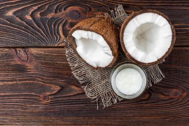 Olej kokosowy na ciemnym drewnie