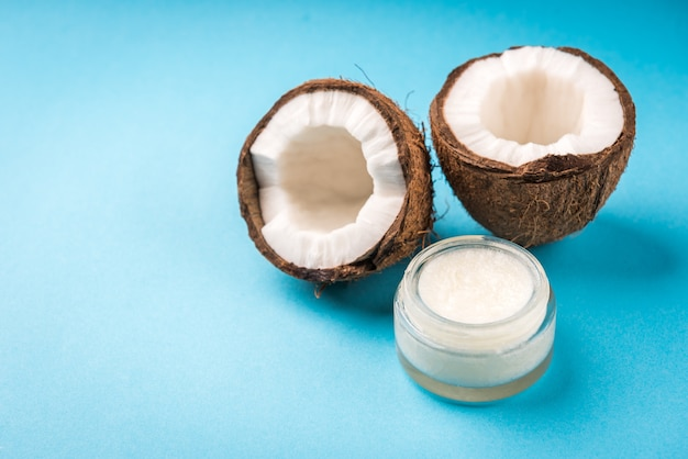 Olej kokosowy na niebieskim tle