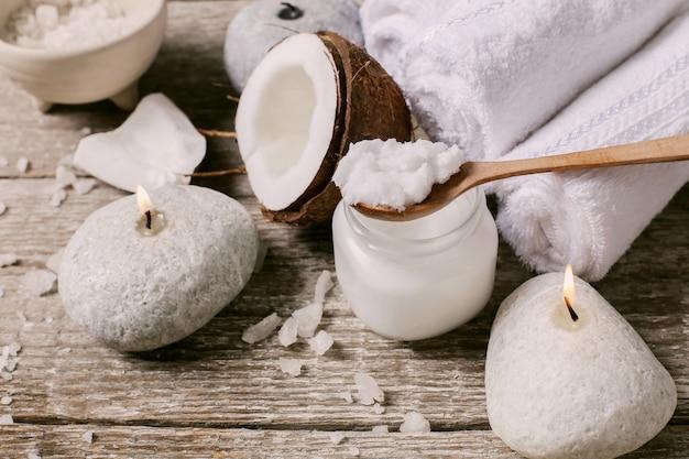Olej kokosowy, świece i ręczniki