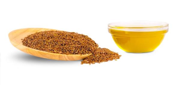 Olej lniany i nasiona lnu na białym tle
