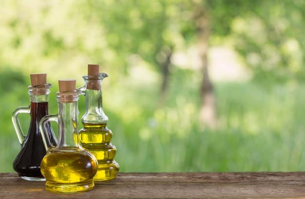 Olej na drewnianym stole plenerowym