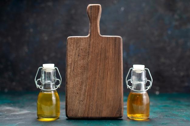 Olej roślinny w puszkach na granatowym biurku