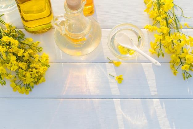 Olej rzepakowy na białym drewnianym stole