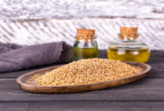 Olej sezamowy w szkle i nasionach