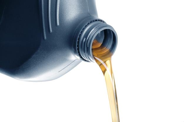 Olej silnikowy lejący się z puszki