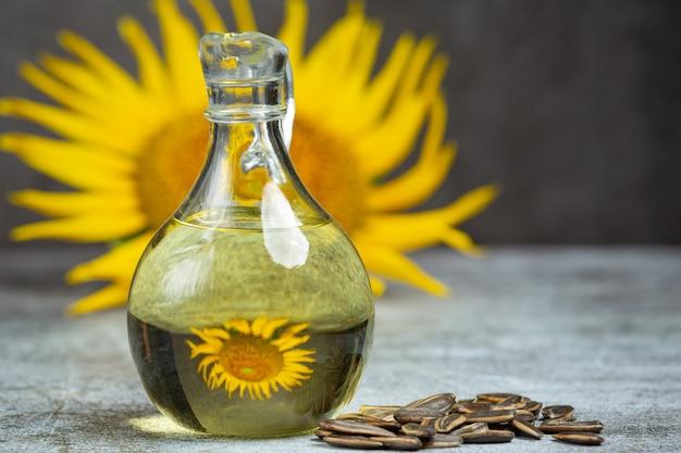 Olej słonecznikowy na stole