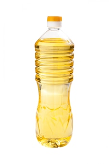 Olej słonecznikowy w przezroczystych butelkach na białym tle
