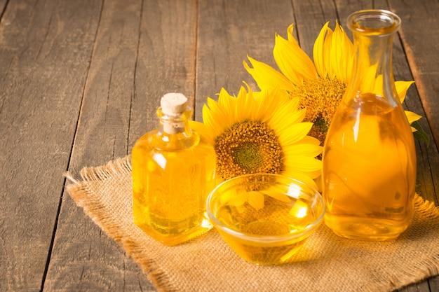 Olej słonecznikowy z nasionami na podłoże drewniane