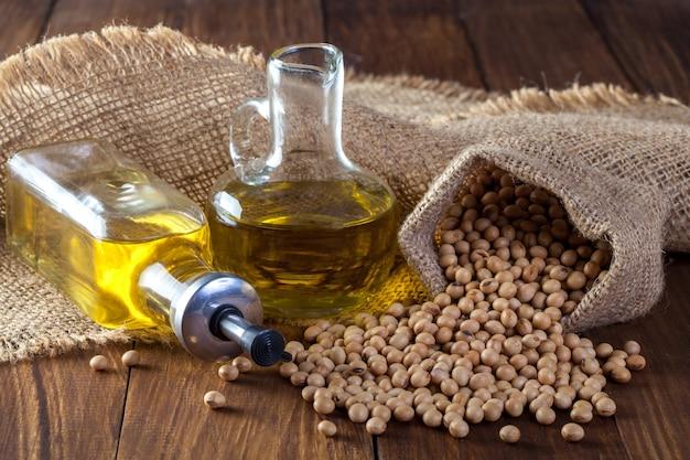 Olej sojowy i soja na drewnianych