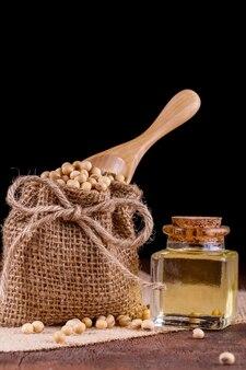 Olej sojowy na drewnianym tle. styl rustykalny