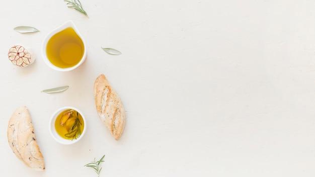 Olej w sosjerce i bochenkach chleba