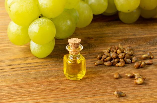 Olej winogronowy na drewnianym stole