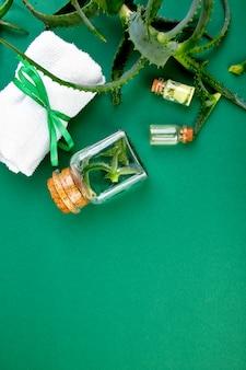 Olej z aloesu w szklanej butelce i ręczniku do spa