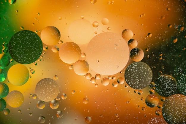 Olej z bąbelkami na kolorowym tle. abstrakcyjne tło. miękka selektywna ostrość