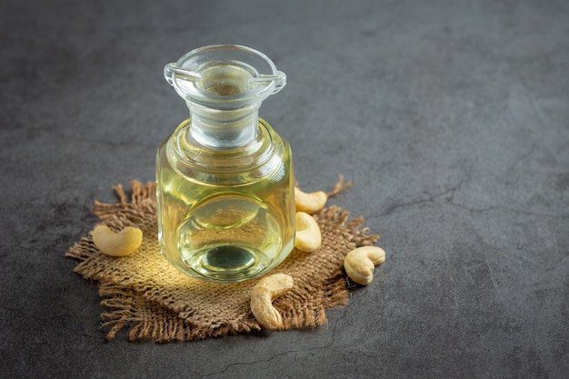 Olej z orzechów nerkowca z orzechami nerkowca na ciemnym tle