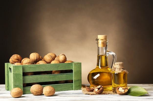 Olej z orzechów włoskich i orzechy na drewnianym stole