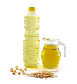 Olej z otrębów ryżowych w szklance butelki z ryżem i soją na białej przestrzeni