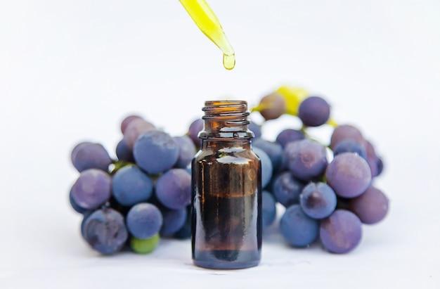Olej z pestek winogron w małej butelce