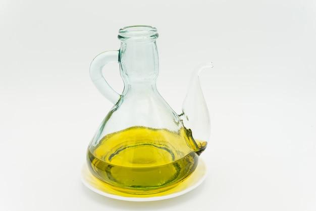 Olej z pierwszego tłoczenia na białym tle