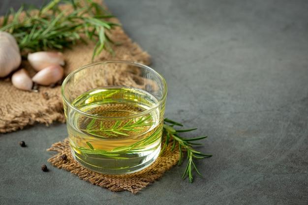Olej z rozmarynem na stole