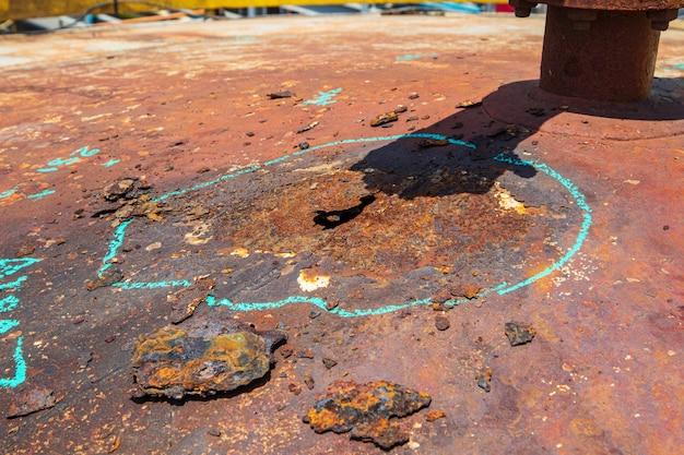 Olej ze stalowej płyty dachowej jest zardzewiały i po wielu latach kontroli użytkowania