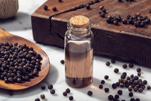 Olejek eteryczny z czarnego pieprzu na marmurowym stole