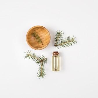 Olejek eteryczny z drzewa futerkowego w szklanej butelce. widok z góry. białe tło.