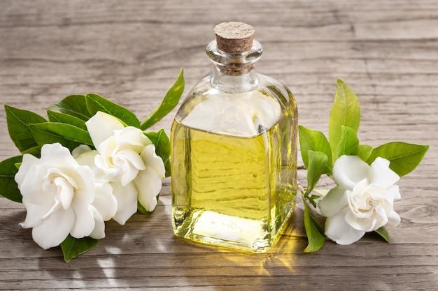 Olejek eteryczny z gardenii na drewnianym stole