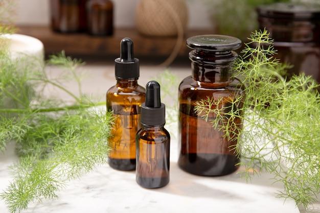 Olejek eteryczny z kopru włoskiego na bursztynowych butelkach. olej ziołowy do pielęgnacji skóry, aromaterapii i medycyny naturalnej