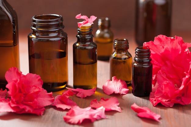 Olejek eteryczny z kwiatów azalii na ciemnym tle rustykalnym